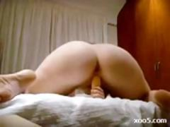 This babe shows her ass as she fingers and toys while masturbating