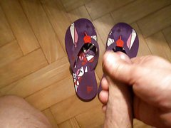 BRANLE SUR LES TONGS DE MA FEMME CUM ON WIFE FLIP FLOP