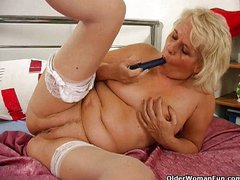 Granny fucks her pussy and asshole with dildo