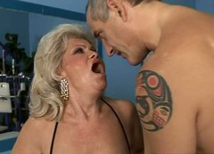 Sex-starved mature whore gets her pussy drilled by a fucking machine