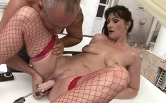 Mature whore Susan gets her pussy drilled by a fucking machine