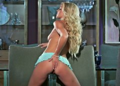 Curvaceous blonde hooker Niki Lee Young shows off her loose holes