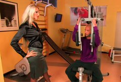 Hussy blonde demonstrates her deepthroat skills to her fitness instructor