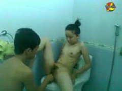 Clip Haiphong girl having sex with her B/F in the restroom