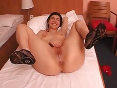 She pushes out a nice runny creampie