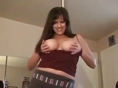 BEAUTIFUL BRUNETTE MOM DANCING