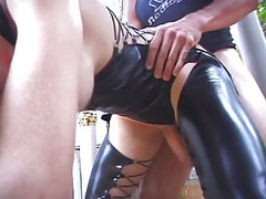 Tranny in latex doing anal