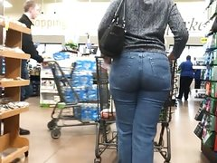 Mom Butt in Tight Jeans (quick clip)