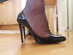 Crossdresser changing shoes in nonelastic RHT stockings