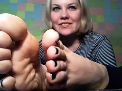 Tattooed tanned blonde with foot fetish gives hot footjob